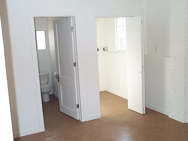 2910 Seneca toilet and room